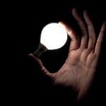 Лампочка горит в руке – магия или физика?