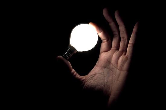 Лампочка в руках