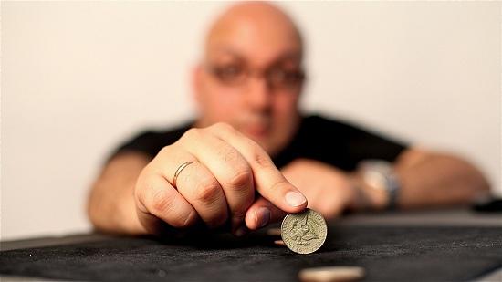 Мужчина с монетой