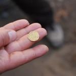 Классический трюк с монетой: «прохождение сквозь ладонь»